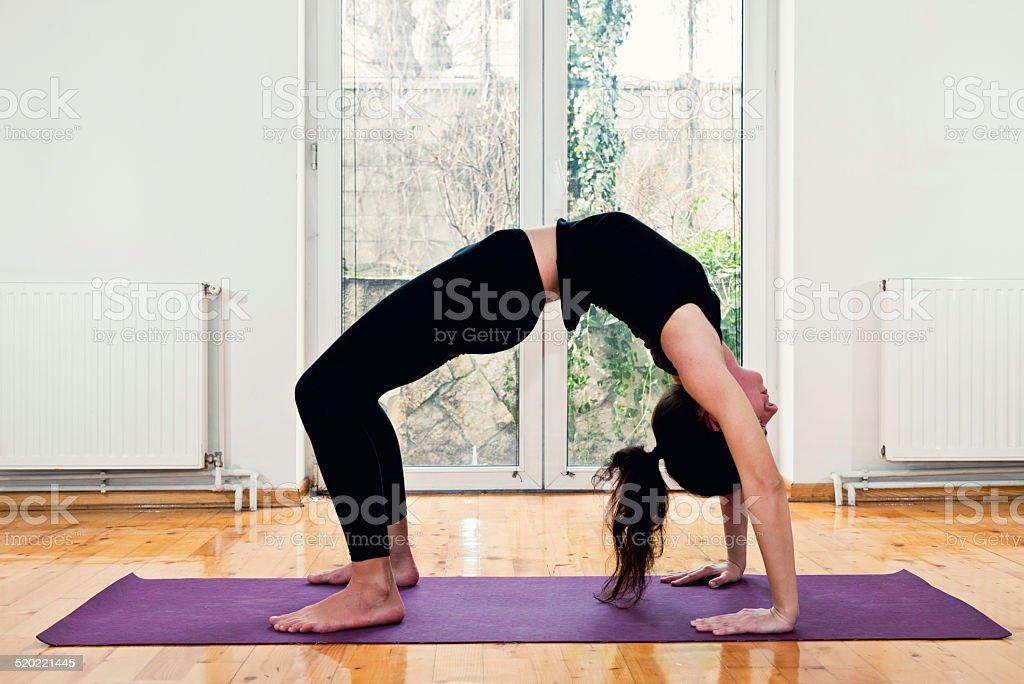 Frau Tun Yoga Zu Hause Brücken Position Stock-Fotografie und mehr ...
