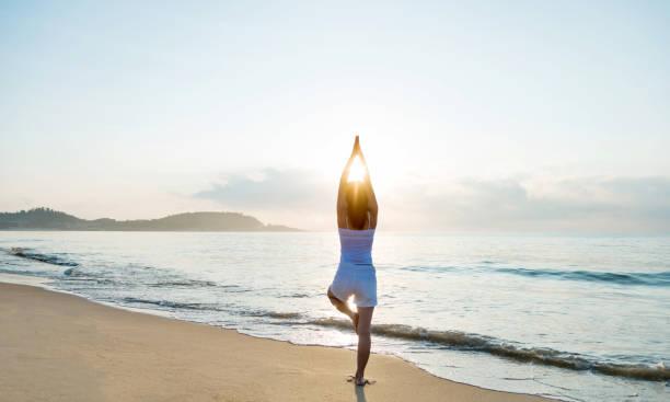 mulher que faz a ioga na praia - meditation - fotografias e filmes do acervo