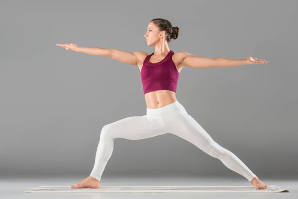 frau tun yoga übung - kundalini yoga stock-fotos und bilder