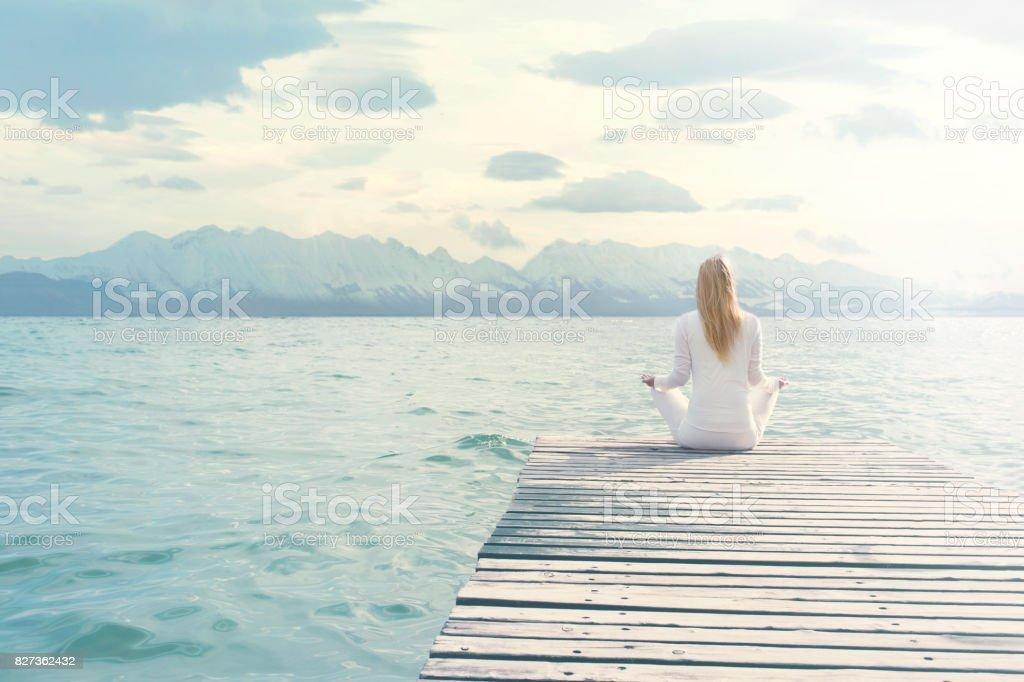 vrouw doen yoga oefeningen voor een spectaculair uitzicht foto