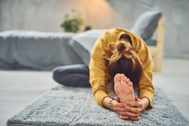 Frau macht Yoga im Schlafzimmer – Foto