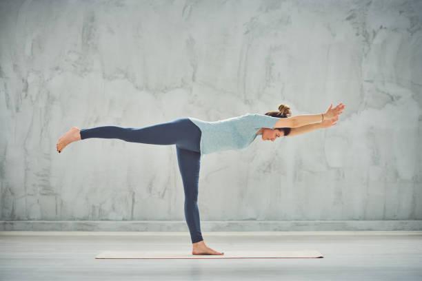 frau, die yoga macht. - gleichgewicht stock-fotos und bilder