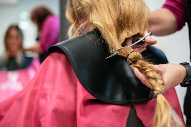 frau spenden haar für krebs - glatze schneiden stock-fotos und bilder