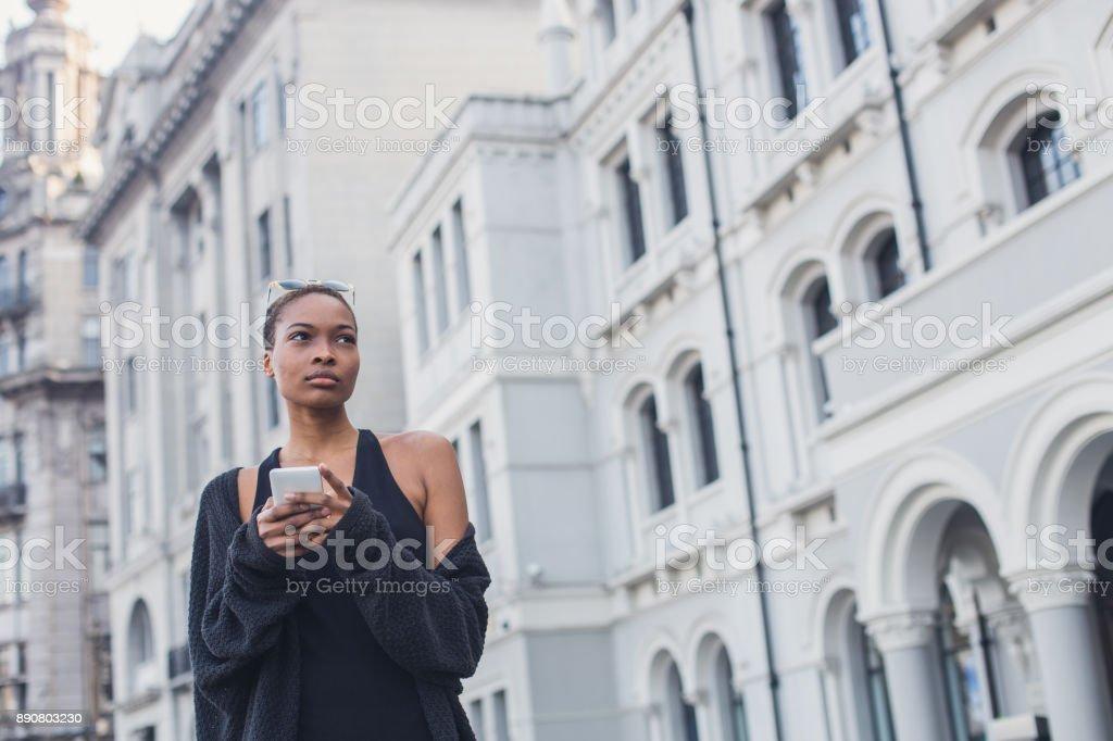 Mujer Vestida De Negro En La Calle Foto De Stock Y Más Banco