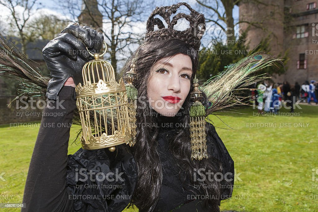 Woman dressed in black with peacock feathers at Fantasy Fair foto