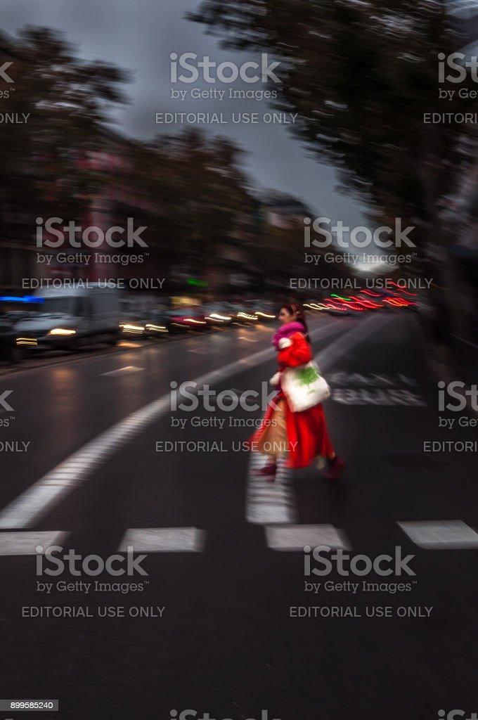 Mujer vestida de brillantes colores rojos caminando rápido - foto de stock