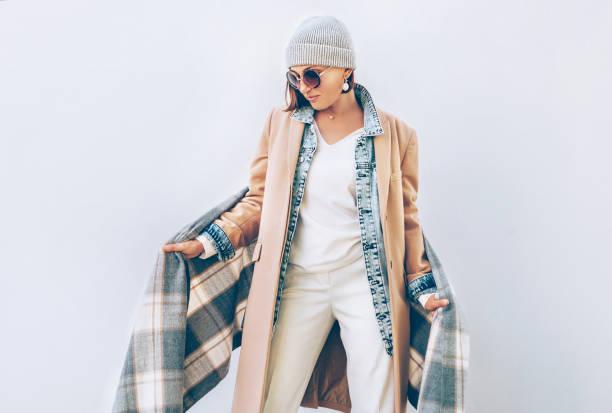 mujer vestida con traje de otoño varias capas - moda de invierno fotografías e imágenes de stock