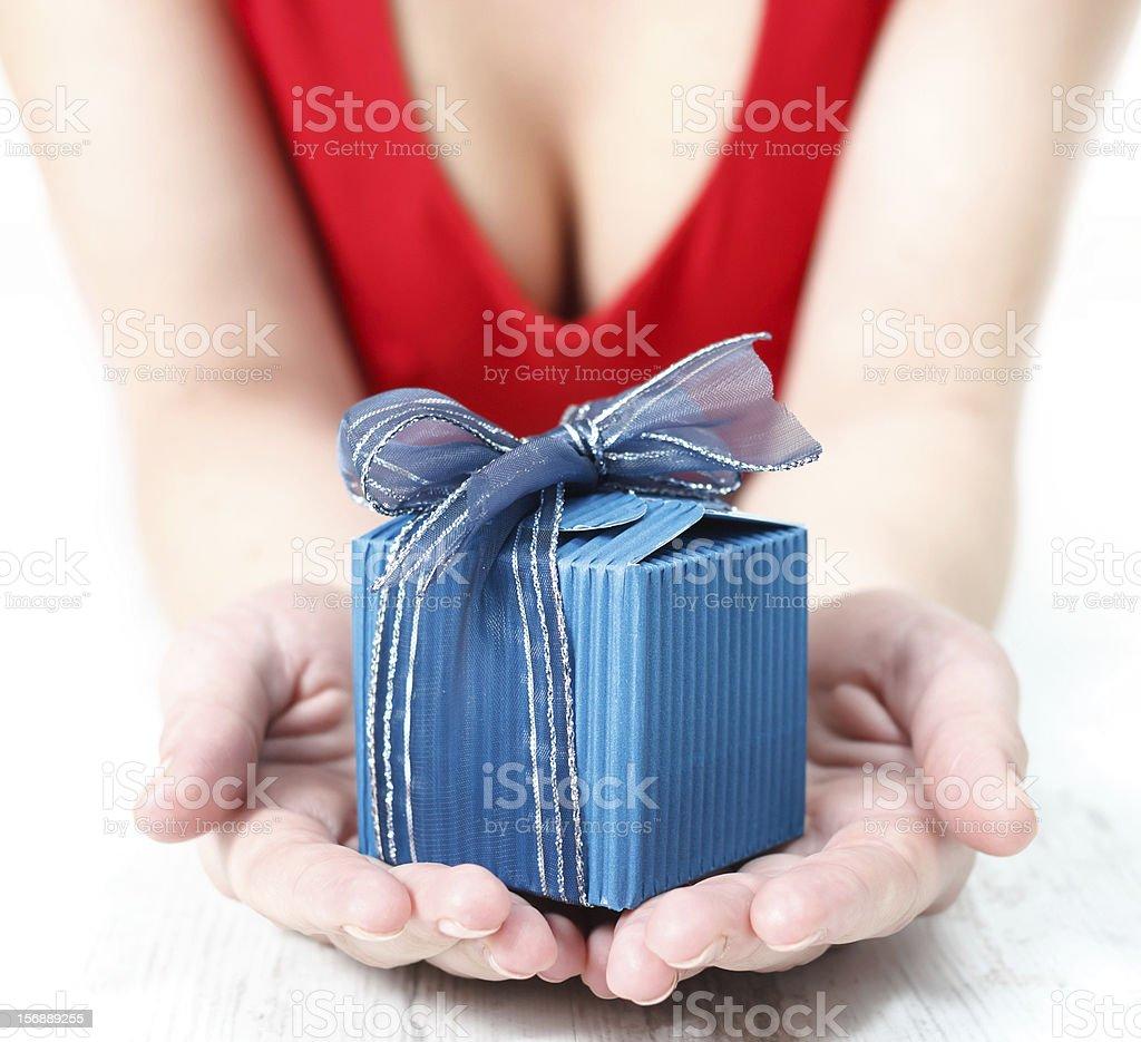 Frau gekleidet in Rote bietet ein besonderes Geschenk – Foto