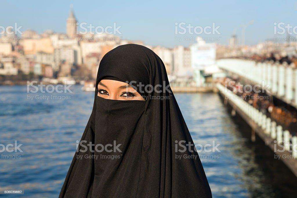 Frau gekleidet in Schwarz Kopftuch, chador auf istanbul street t-Shirt – Foto
