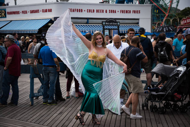 frau dressing als meerjungfrau während der 35th annual mermaid parade coney island. - meerjungfrau fantasy make up stock-fotos und bilder