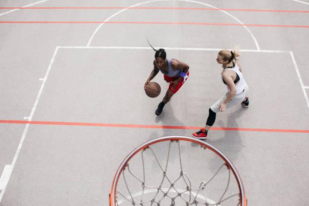 A Woman Playing Basketball Imágenes De Stock A Woman: Mujeres Jóvenes Jugando Baloncesto