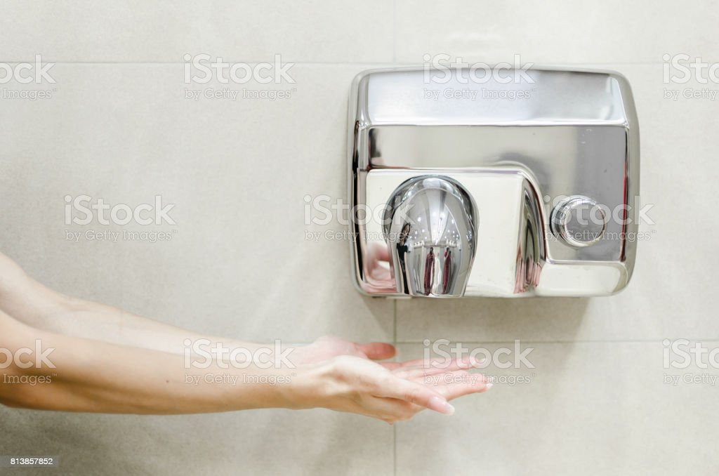 Mulher seca as mãos - foto de acervo
