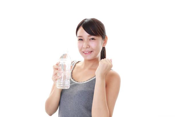 水のボトルを飲む女性 ストックフォト