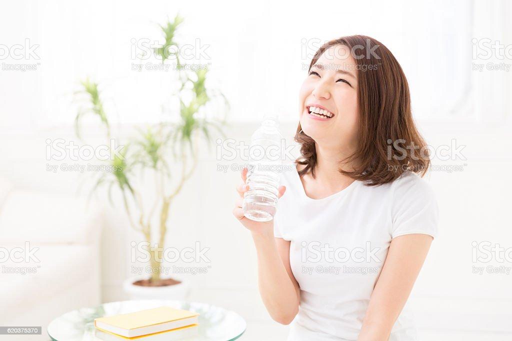 Mulher beber uma garrafa de água foto de stock royalty-free