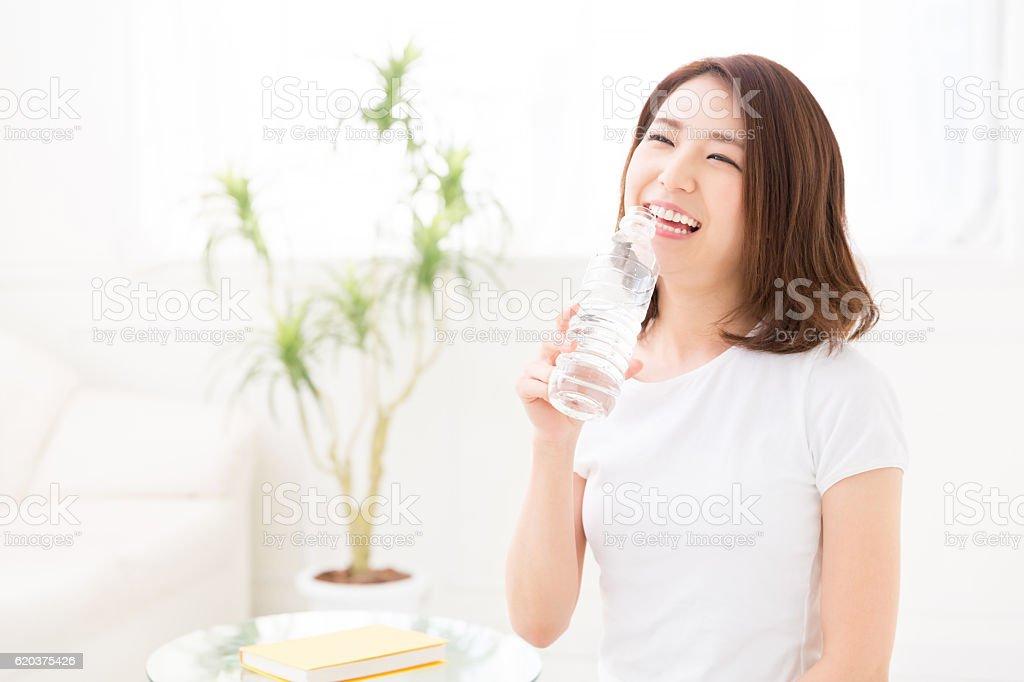 Kobieta pije z butelki z wodą zbiór zdjęć royalty-free