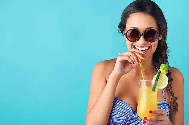 donna bere un cocktail - sud europeo foto e immagini stock