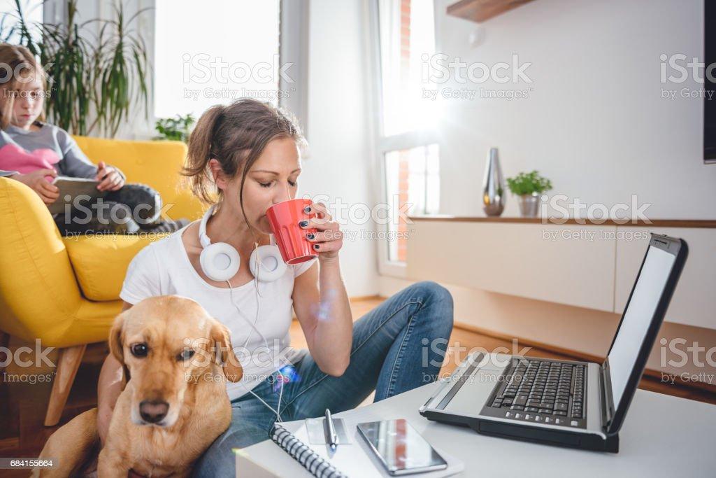 Vrouw koffie drinken en een hond aaien royalty free stockfoto