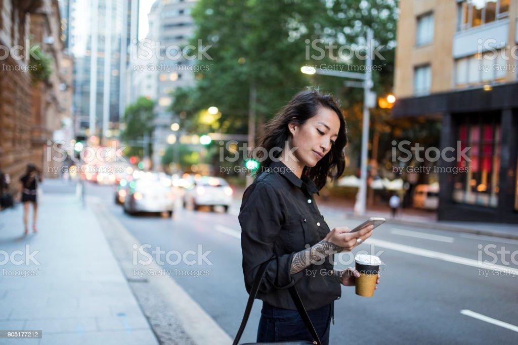 Frau, trinken Kaffee und mit Smartphone – Foto