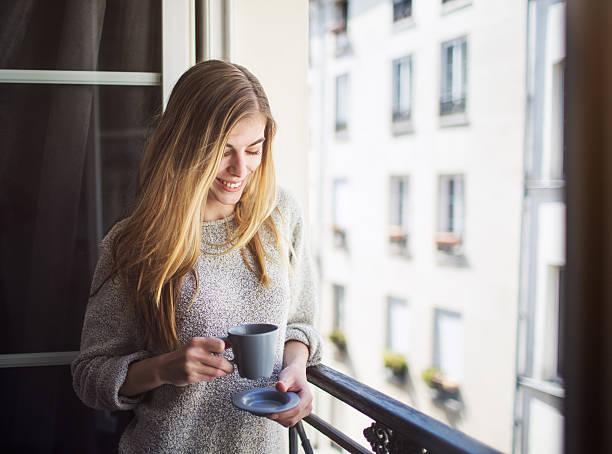 frau trinkt kaffee auf dem balkon - genießen französisch stock-fotos und bilder