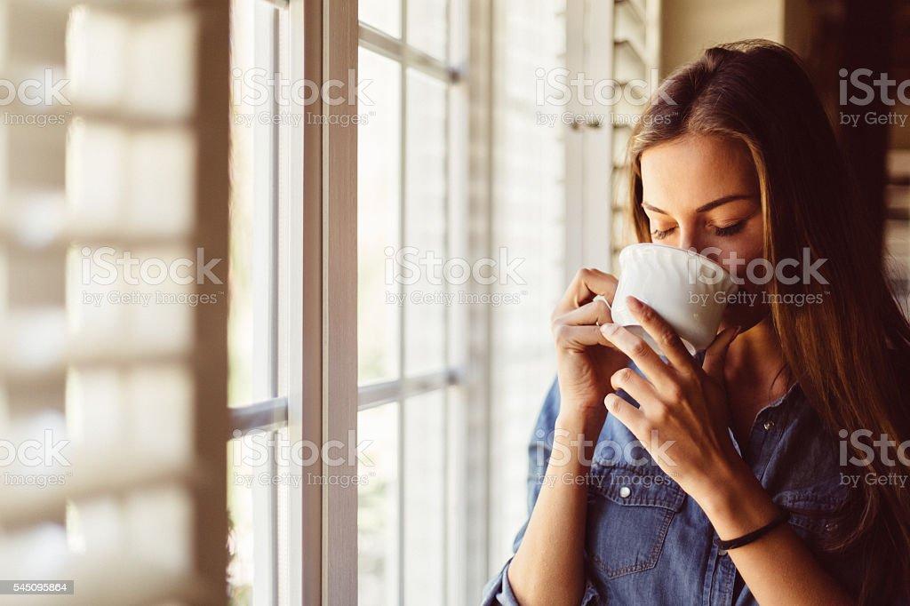 Mujer beber café por la mañana temprano - foto de stock