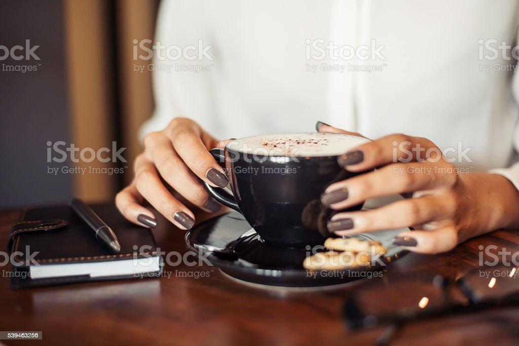 Kaffee trinkende Frau  – Foto