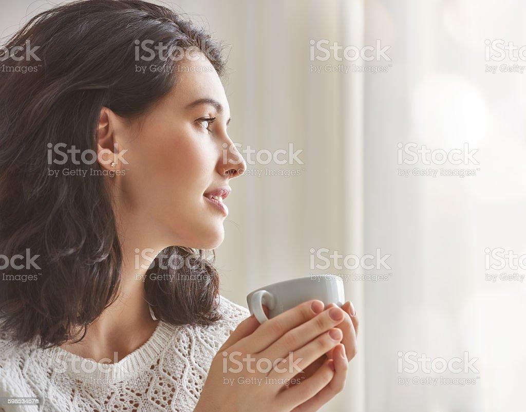 Femme buvant un café  photo libre de droits