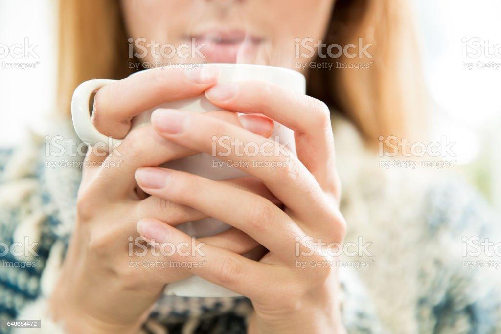 Mujer bebiendo café. - foto de stock