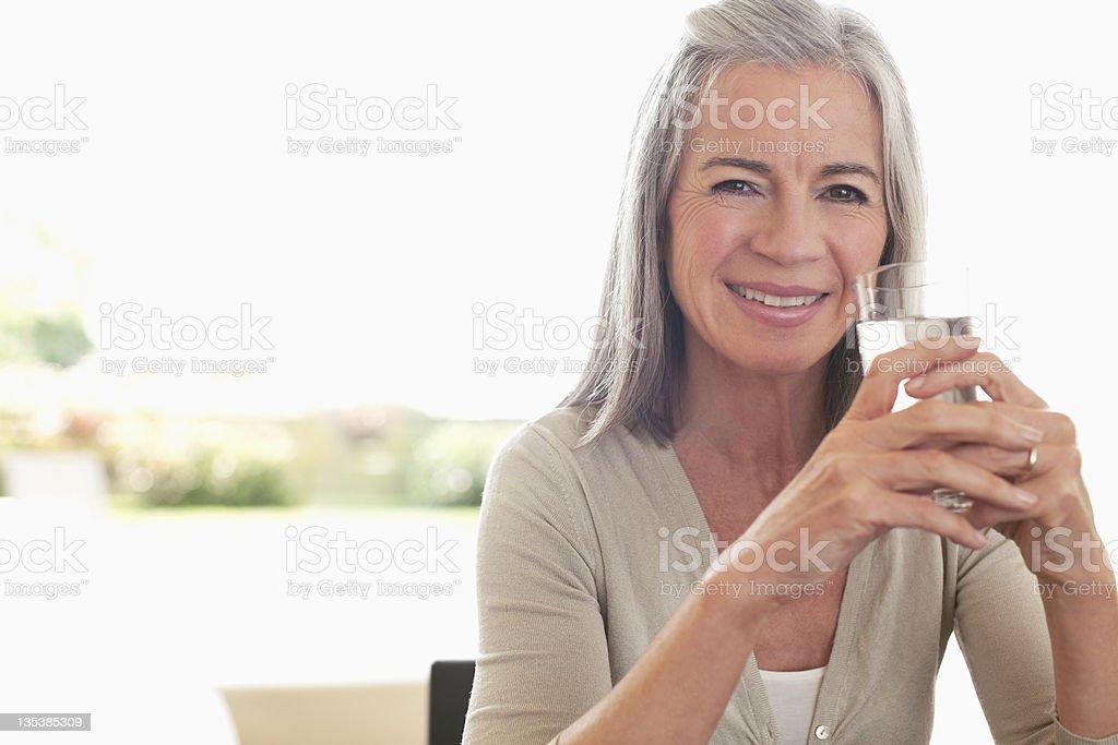 Frau trinkt ein Glas Wasser – Foto