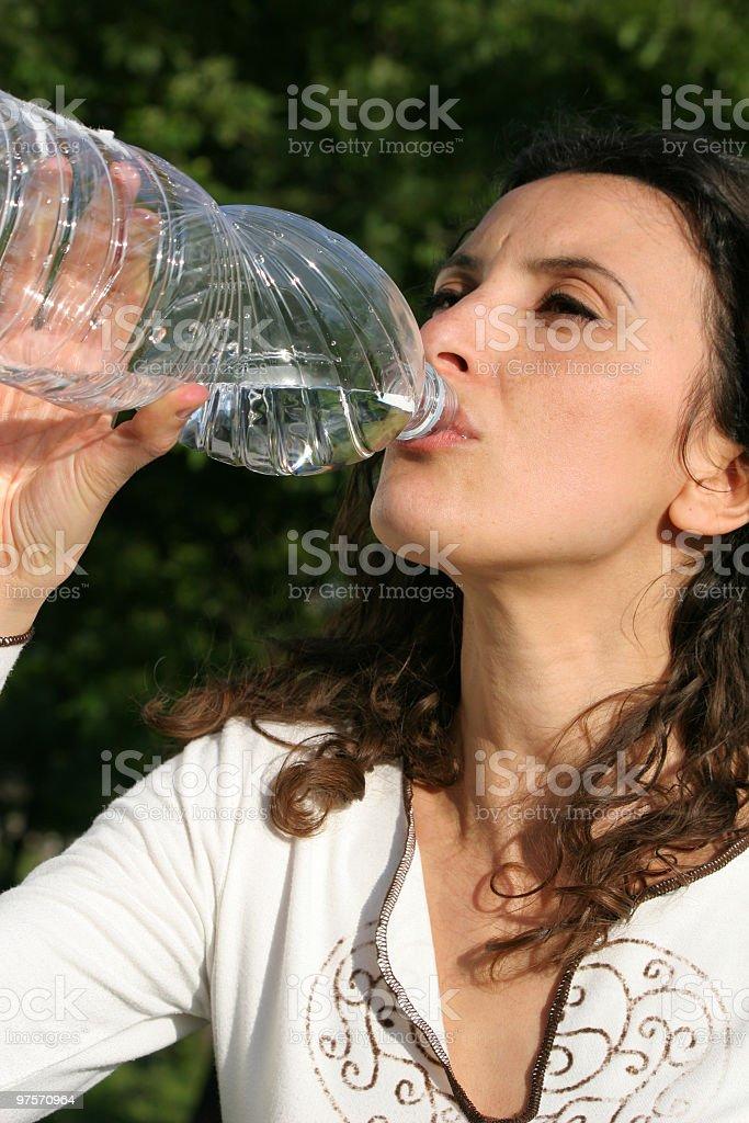 Femme buvant photo libre de droits