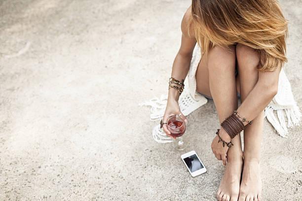 Donna bere vino rosso all'aperto - foto stock