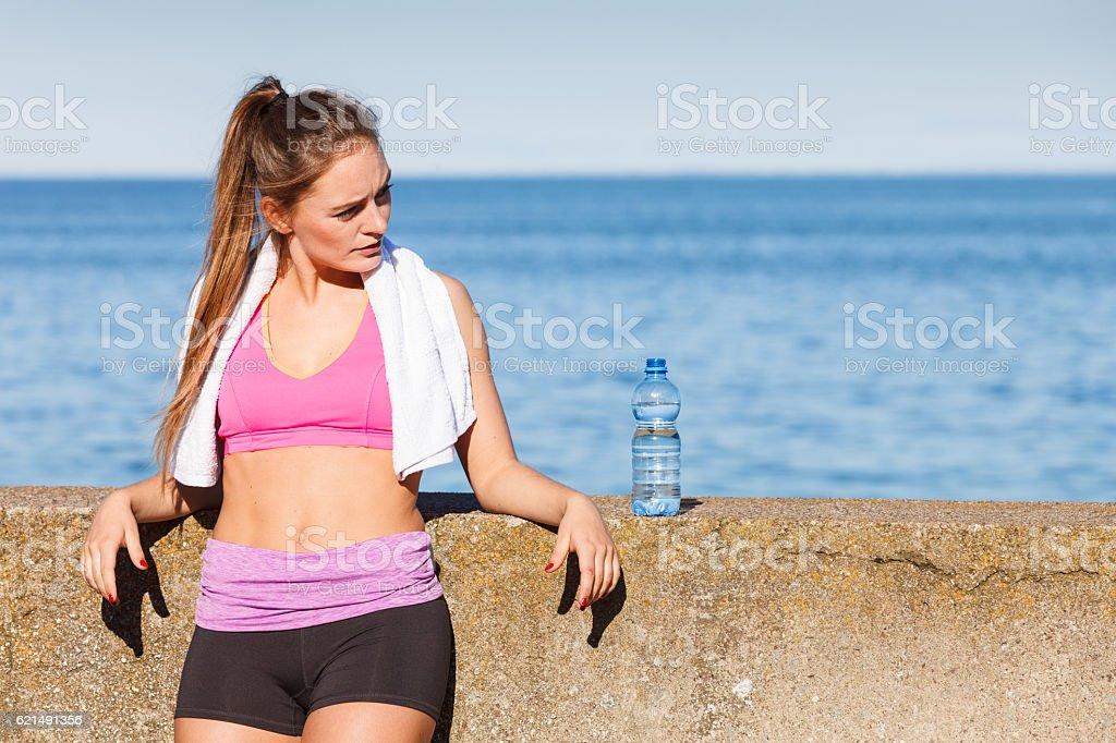 "Donna acqua potabile dopo sport Palestra all ""aperto foto stock royalty-free"