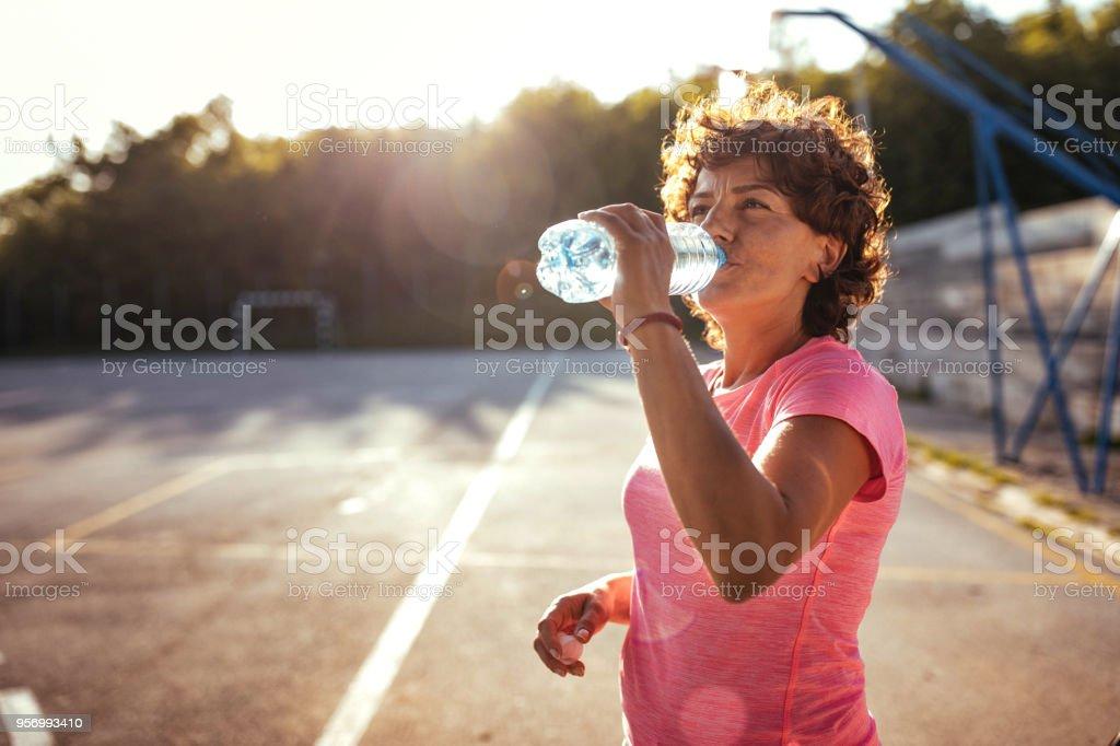 Frau Trinkwasser auf die Ausbildung – Foto