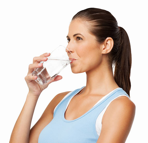 Frau trinkt Wasser – Foto