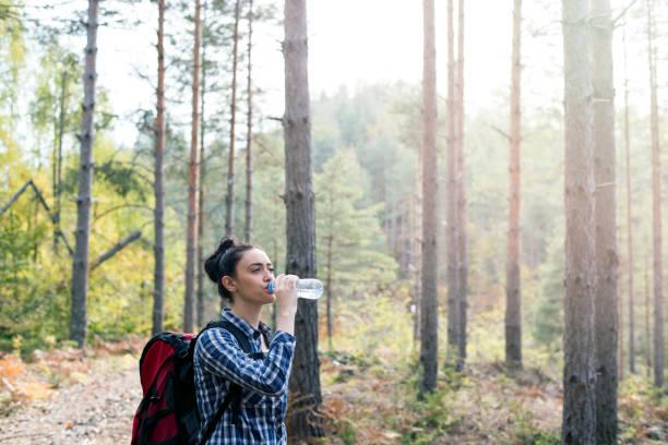 frau trinkt wasser - leitungswasser trinken stock-fotos und bilder