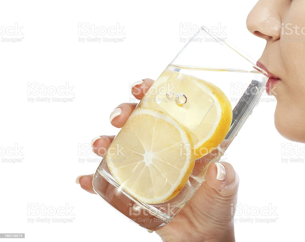 Femme buvant de l'eau et de citron - Photo
