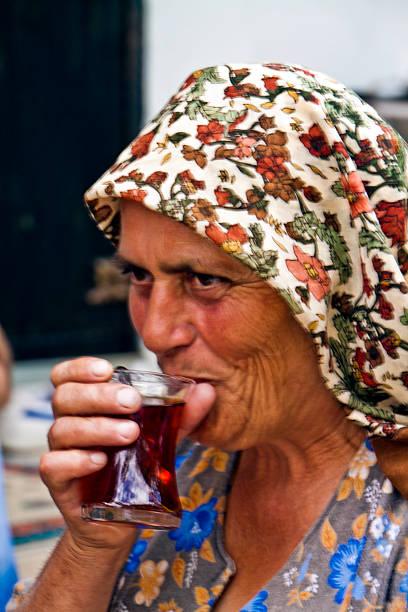 Frau trinkt Wein und stoßen Sie auf Besucher – Foto