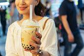 台湾のナイト マーケットで女性ドリンク パールミルク ティー