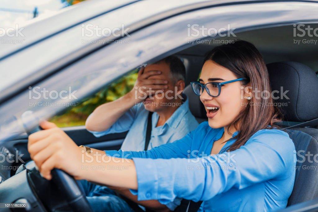 Mujer conductora - accidente de coche, grita de miedo o frustración - foto de stock