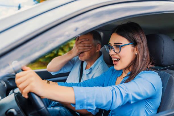 frau treiber - autounfall, schreit in angst oder frustration - autos für fahranfänger stock-fotos und bilder