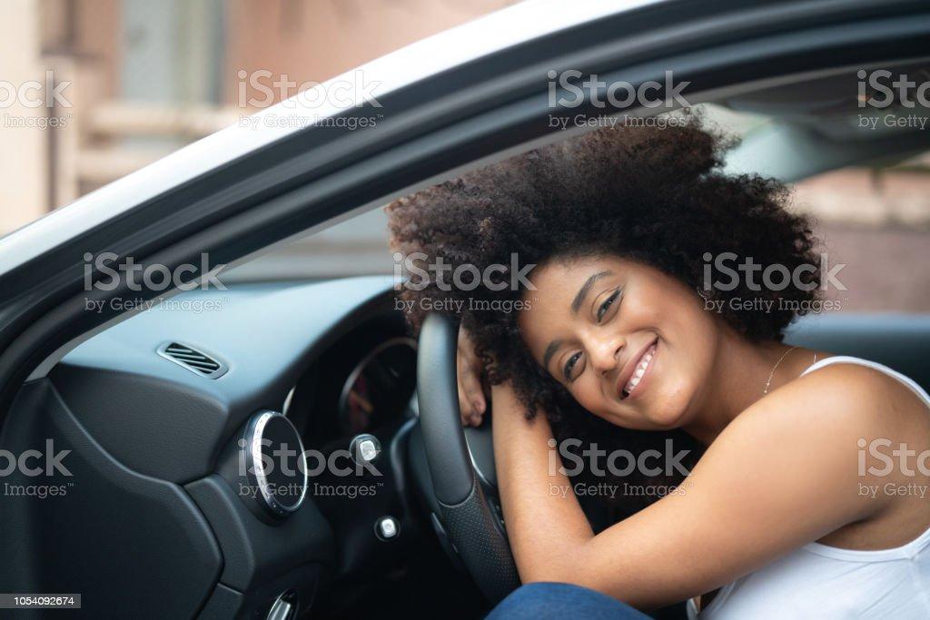 Retrato de mujer conductor en el Interior del coche - orgullo - foto de stock