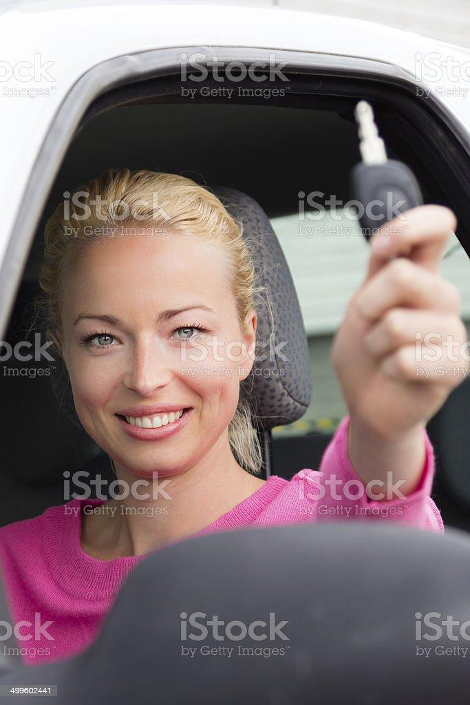 Frau Fahrer Auto Schlüssel anzeigen. Lizenzfreies stock-foto