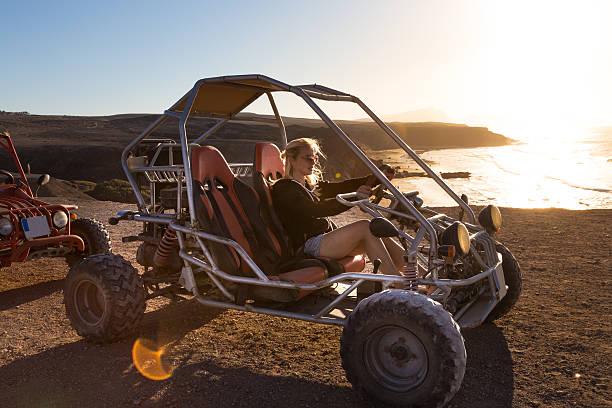 Frau Autofahren Quadbike im Sonnenuntergang. – Foto