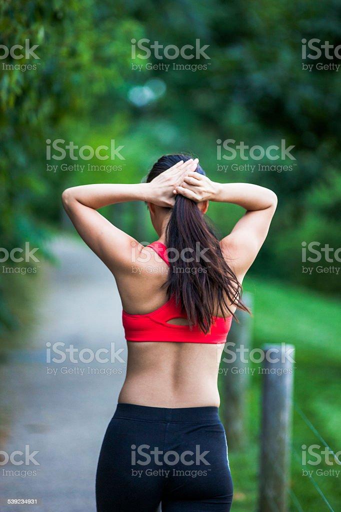 Mujer durante un descanso después de trotar foto de stock libre de derechos