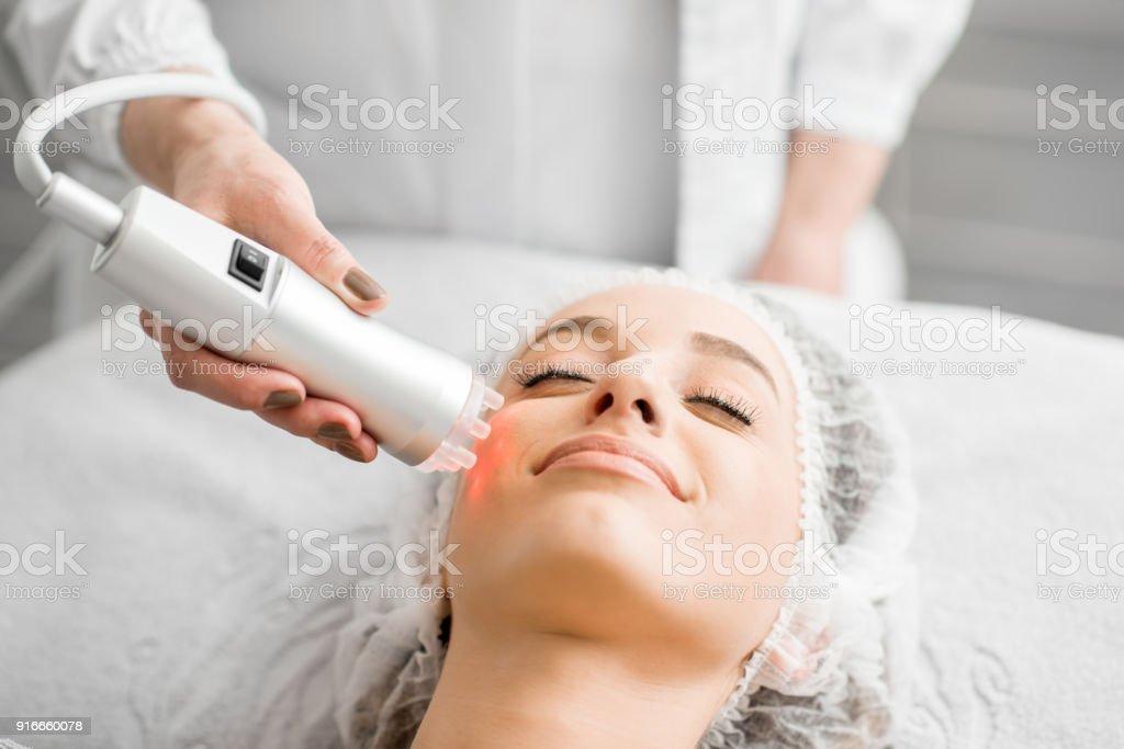 顔のマッサージ中に女性 ロイヤリティフリーストックフォト