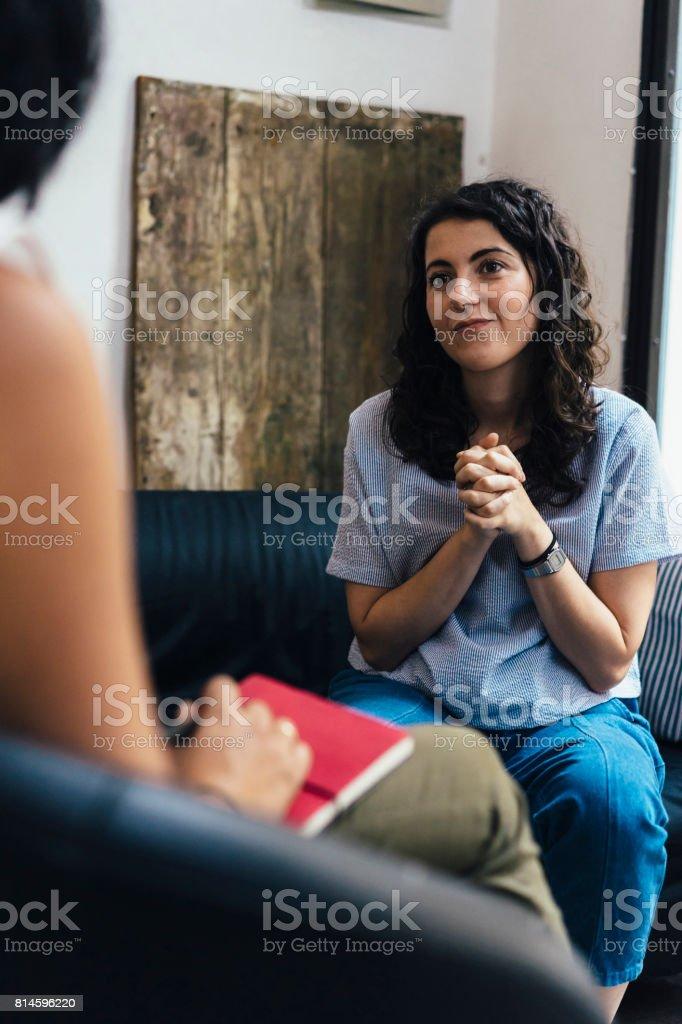 Frau während einer Psychotherapie-Sitzung Lizenzfreies stock-foto