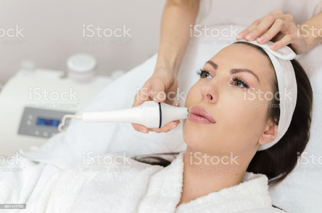 Mulher durante hyaluron nos lábios, rosto e pele tratamento - foto de acervo