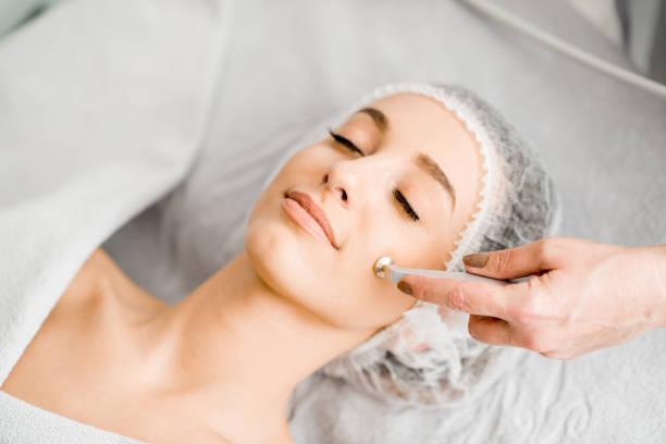 顔の処置のプロシージャの間に女性 ストックフォト