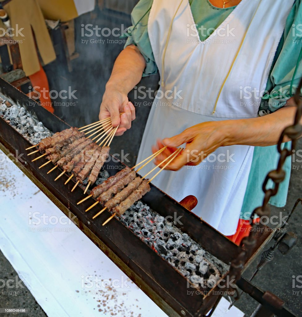 woman during the preparation of street food - foto stock