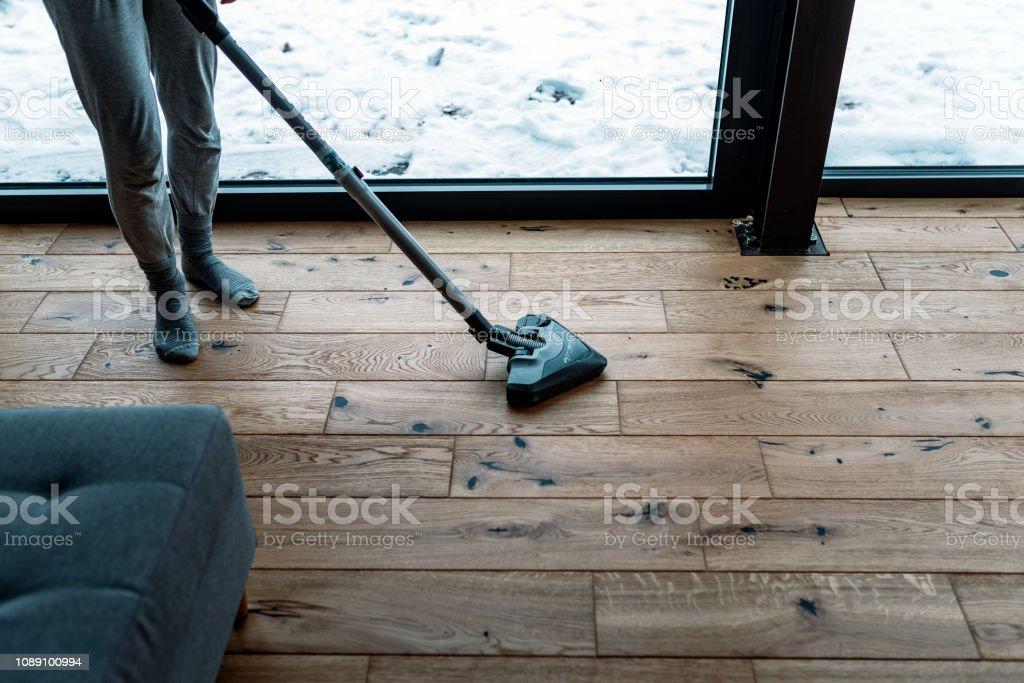 Woman dusting at home – zdjęcie