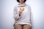 ドーナツを食べる女